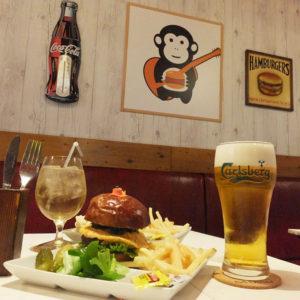 横浜日吉に「ご当地バーガー」が誕生!日吉周辺で生まれた食材を活かし、作られた「日吉バーガー」は880円(価格はいずれも税別)。ドリンク類は500円から。セットメニューの設定はないが「少しずつ、盛り合わせの内容もアレンジしていきたい」と代表の西垣さん