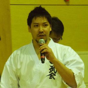 あいさつをする杉澤一郎代表(師範)。「日吉駅前花壇花ポケット」への協賛・参加など、地域に密着した活動を志してきた