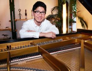 """ピアノのソリスト・王徳稔(ワン・ドゥーレン)さんはアムステルダ大学(オランダ)に留学中。今回、このコンサートのために""""一時帰国""""予定とのこと(主催者提供)"""