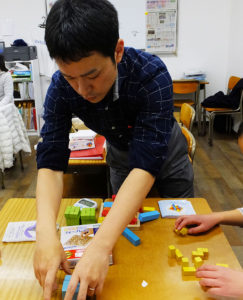 「パズルに親しみ、空間認識力を磨いてもらえたら」とひよし塾塾長の玉田さん