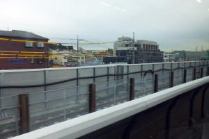 東横線の線路横に新しい高架橋を設け、来年以降に東横線を移動させる