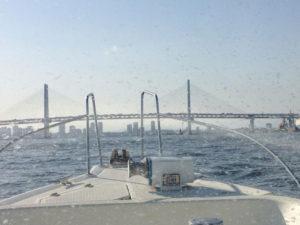 加賀さんがクルージングの際に船内から撮影した横浜ベイブリッジ。「頼れる海事代理士」として、ぜひ日吉の無料相談会にも訪れてほしいという(2012年3月21日、加賀雅典さん撮影・提供)