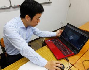 授業の撮影時には落語を見て話し方など研究したという玉田さん。「スタディサプリ」は、オンラインで受講できることから、塾などの遠隔地や経済的に塾通いが厳しい家庭でも利用しやすい価格(税別980円)に設定しているという