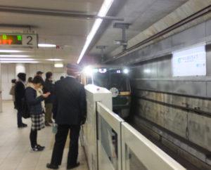 日吉本町駅に12時44分発のグリーンライン10周年記念装飾列車が初めてやってきました