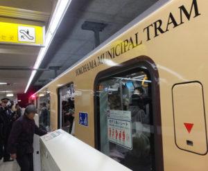 横浜市電を想わせる列車の到着に驚きが。車内では記念列車運行についてのアナウンスも