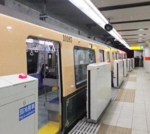 「グリーンライン」らしく緑色の塗装も。数字(ナンバー)の書体は横浜市電時代のものを使用。「ホームドアがあると緑が見えにくいですね」と横浜市交通局の担当者