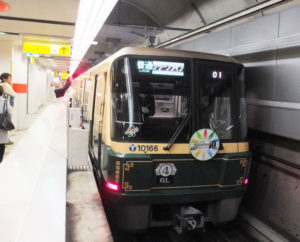 2021年に横浜市交通局は100周年を迎えることもあり、この1編成のみのラッピング列車は4年間は運行予定とのこと。出会える幸運、楽しみにしたいものです