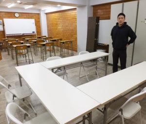学校形式の机が並んだ後ろにも、話し合いなども可能なスペースが。「ここでパズル道場も行うことにしました」と玉田さん