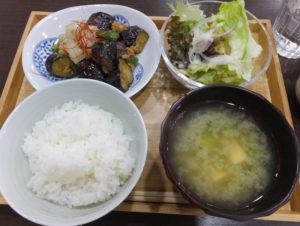 """この日の""""昼ご飯""""は「茄子の肉味噌炒め」をチョイス。味噌汁は、昼・夜いずれも定食注文時はおかわり無料"""