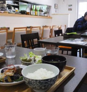 「ご飯ソムリエ」資格を持つ松本さんが選ぶ今日のお米は「宮城県産ササニシキ」。農薬・化学肥料を抑えた特別栽培米だという。店内にはカウンター席もあり、一人でも気軽に入店できそう