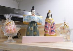 「季節感を大切にしたい」と松本さん。店内には「松」の服を纏(まと)ったひな人形が