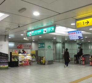 グリーンライン日吉駅でのワゴン販売のようす。ワゴンの左側に東急線の地下改札がある(2018年2月25日)