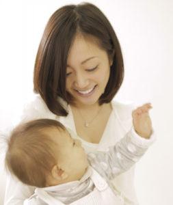 赤ちゃんと一緒に参加できる(写真はイメージ)