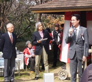 昨年は港北区の横山日出夫区長(右)も来賓として訪れた。最左は実行委員長・綱島市民の森愛護会会長の飯田助知さん(2017年3月12日)
