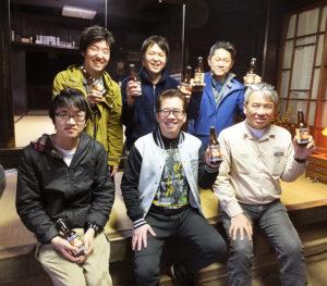 春醸造の「桃エール」が池谷家に届けられた。手前右が池谷道義さん、中央が横浜ビールの太田久士社長。中央奥が深田優醸造長(2018年3月5日)