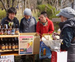昨年の「桃エール」販売の様子。価格は今年も1本500円(税込)とのこと(2017年3月12日)