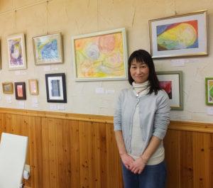 初めての個展を開いた「二人」のうちの一人、よしだなおこさん。もう一人の笹井鳩子さんとは、鶴見区の橘幼稚園でのつながりが縁。深い共鳴・共感の上に作品を描き、発表するに至ったとのこと(2018年2月24日)