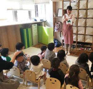 フラッシュカードで子どもたちの単語力も「さりげなく向上させていきたい」と長谷川さん(同園提供)