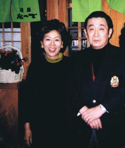 43年の歴史を誇るたつ吉グループには、著名人も多く訪れている。慶應義塾大学を卒業したことで知られる第82・83代内閣総理大臣の故・橋本龍太郎さんと初代女将の河合愛子さん(遊膳たつ吉にて2004年以前に撮影・同グループ提供)