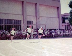 1975年に日吉台小学校で開催された運動会。島名さん(当時は河合姓・写真中央)は活発・快活に育った(島名さん提供)
