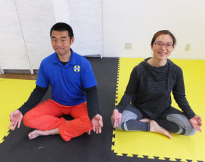 さまざまなポーズで「無理なく身体と向き合ってもらえたら」と山中さん(右)、同ジム代表の辻さん(左)