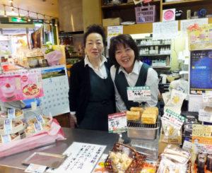 店長の尾花弓子さん(左)と、同店で7年目の勤務となる出浦早苗さん