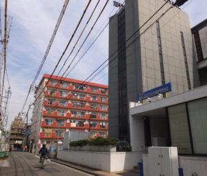 「東京綜合写真専門学校」(写真右)とは入口は別になり、向かって左側から入る構造となっている。道路左は東急線線路。同園の左手には認可保育園の小学館アカデミーひよし保育園、右手にはアスクみのわ保育園が開園している