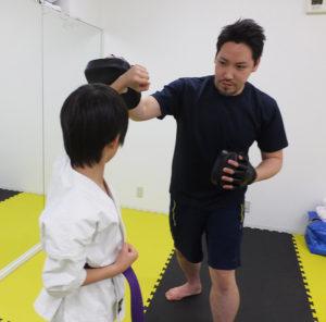 ヨコハマ・トレーニング・ジム・コアのスタジオで「子ども護身術」教室が新規開講!小学生までを対象に、身を守る術を伝授したいと一武会師範(