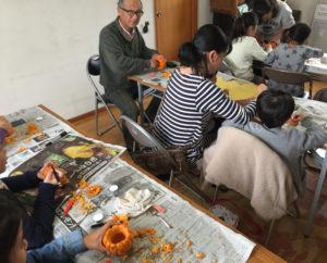 地元の秋祭り的な「下田ふれあい祭り」に、えんがわの家よってこしもだも参加。恒例の手づくり市、ジャックオランタン製作、地元の朝取れ野菜の販売を行った(2017年10月28日、黒須悟士さん撮影)