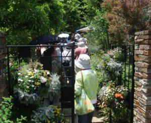 昨年(2017年)のルート案内ツアーの様子(箕輪町3の小泉さんの庭、読者提供)