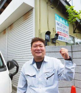 箕輪町の旧家で育った小島清さん。今は二代目社長として小島建設を経営、新築・リフォームや土木工事、設計・施工といった幅広い業務を行っている(箕輪町1の事務所にて)
