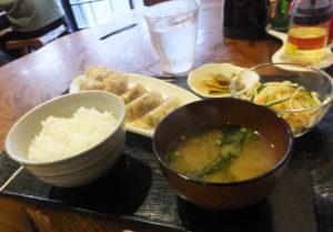 ランチタイムは定食メニューが中心。餃子(ぎょうざ)とシュウマイを一度に楽しめる「ミックスセット」。野菜の小鉢メニューは季節感を感じられるものにしたいとのこと