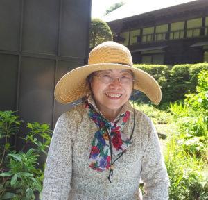 「松の川遊歩道(緑道)の会」代表の田邊美紗代さん。緑道の自然や小動物を楽しんでもらえたらと、イベントの企画意図を語る(4月のみ港北オープンガーデン参加の日吉の森庭園美術館にて)