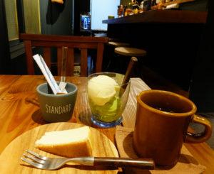 日吉駅西口から徒歩1分、駅から90数メートルのグルメバーガー店「メイドインハンズ」(第一マルシンビル2階)で新たにカフェ営業が15時から17時30分までスタート。アイスクリームやドリンクのテイクアウトもできる