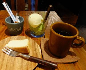 特濃チーズケーキは手作りのため、売り切れることもしばしばとのこと。今回は抹茶アイスとパイナップルシャーベットを注文。アルコールや一部おつまみもオーダーできるという