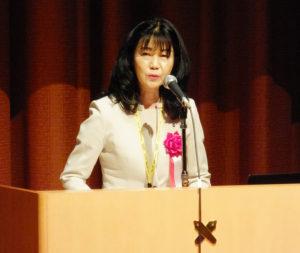 横浜市を代表し栗田るみ港北区長が2017年6月から区との連携協定を結び、日吉台小での授業や車いすテニス体験でのデータ活用についての試みに触れ、様々な地域課題の解決につながっていくことを期待したいとあいさつ