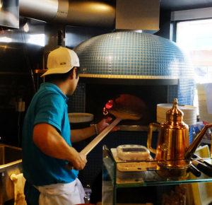 ターコイズブルー色の薪窯(まきがま)で焼く「ナポリピッツァ」が楽しめる。注文を受けてから焼き始めるので、時間がある時に訪れたい