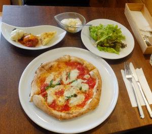 """ランチメニュー(サラダ・前菜・ドリンク付き)を注文。ピザはマルゲリータ。前菜3種はゼッポリーニ(あげパン)、カポナータ(野菜のトマト煮込み)、フリッタータ(イタリアの卵焼き)。ランチのデザートは200円追加で注文可能。この日のデザートはやはり""""自家製""""にこだわった季節のパンナコッタ(オレンジソース)だった"""