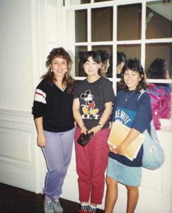 留学先の「バークリー音楽院内」で。仲良しだったという友人のキャシー、アンと。「ブックカフェで、『ハムサンド』とうまく発音できず、よく代わりに注文してもらっていました」と、懐かしい青春時代を振り返る(1986年ごろ、森華燿子さん提供)