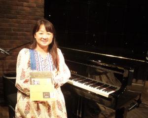 来月(2018年)6月3日(日)で第8回目の開催となるジャズ・フォーキッズの企画・ピアノ伴奏、そしてプロデュースを担当する森華燿子(かよこ)さん。会場となる音楽レストラン「ワンダーウォール横浜」で