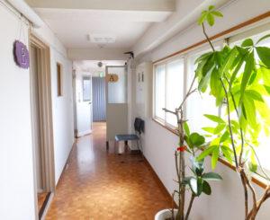 受付は日吉教養センタービルの4階にある。2階と5階フロア(写真)にも教室を展開
