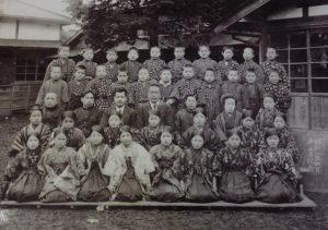 小嶋純一さんの父、故・繁栄さん(後ろから2列目の最右)が1927(昭和2)年3月に日吉台小を卒業した当時の写真(小嶋純一さん提供)