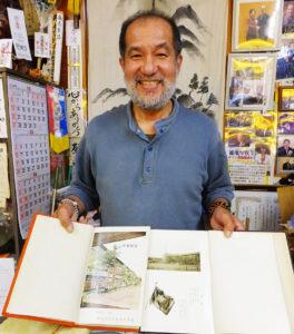 小嶋さんは自身は日吉台小、日吉台中の出身。「小学校5年生の時に下田小が出来て、学区が分かれたんです。駒林小も当時はなかったんですよ」と、それぞれの卒業アルバムを片手に、懐かしい少年期を振り返る