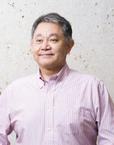 院長の源河朝広さん。沖縄・宮古市で生まれ育った。沖縄県立中部病院・同宮古病院に赴任したのは、「臨床研修をしっかり受けることができる病院を選んだためで、偶然なんです」とそのいきさつを語る(同クリニック提供)
