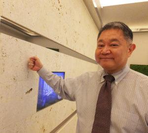 待合室の壁面には、源河さんの出身地・沖縄から届いた琉球石灰岩を施している。「多くはない循環器内科の開院を喜んでくれたお客様も。これからも地域のためにがんばりたい」と語る源河さん