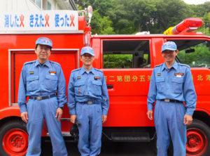 箕輪町で消防団員として活動する熊谷陽幸(くまがいはるゆき)さん(右)、楡井(にれい)正直さん(中央)、菊池昌宏さん。いずれも子育て経験者で、楡井さんと菊池さんはサラリーマンとしても活躍中