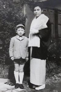 幸区北加瀬で幼少期から青春時代を過ごした水柿さん。右は母の水柿芳江(よしえ)さん(水柿敏雄さん提供)