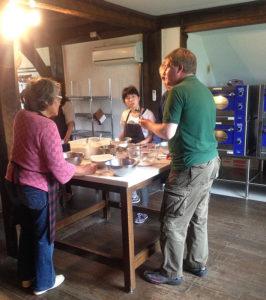 ブリティッシュヒルズ(リンクは同施設のサイト)での「英語で料理」講座。英語講師のフレッド・ヴィッカリーさん(右から2人目)も参加(カルチャ―日吉提供)