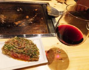 「文岡」オリジナルのお好み焼きの出来上がり。赤ワインにもぴったりと合いそう。もんじゃとワイン、鉄板焼きとウイスキーといった組み合わせも人気とのこと