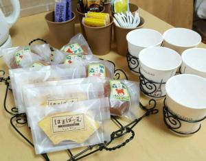 お茶会では、綱島オリジナル菓子を製造・販売していることで知られるパティスリーヴェルプレ(綱島西2)の焼き菓子を用意。小泉さんがワイヤークラフトで作ったトレイやカップホルダ―でアレンジしてもてなす(M工房提供)